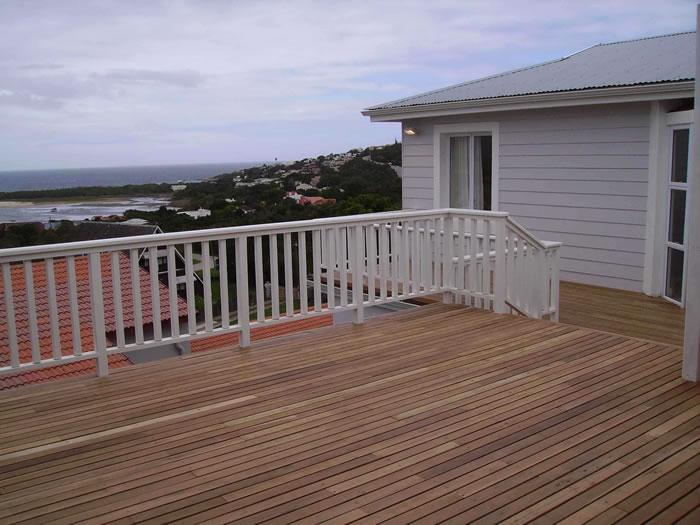HardwoodDeckwithBalustrade